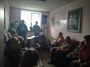 Koncertu klausās astoņi iemītnieki, divi dzied